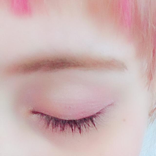 アイホール全体にピンク、目尻に赤シャドウ。 全体に薄めのブラウンをのせて、目尻を濃いめのブラウンでぼかす。