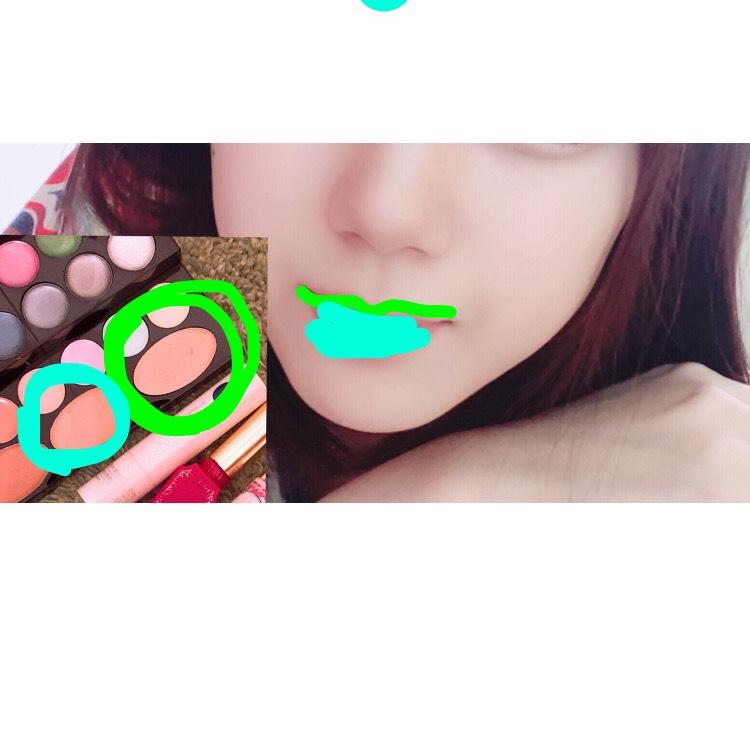 明るいコンシーラーを上唇の境目をアヒル口みたいにつけます。 それよりもくらいかなって色のコンシーラーで唇全体の赤みを抑えます。
