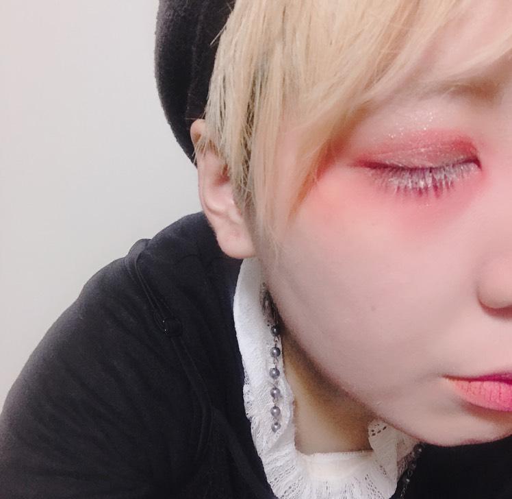 1度ブラウンのメイクを薄くする。そのあと被せて赤くします。 二重まぶたの上下ギリギリにも赤。涙袋の下にも影として赤。 まつ毛は白にします。 目頭に赤を持っていくと何かいい感じになります。