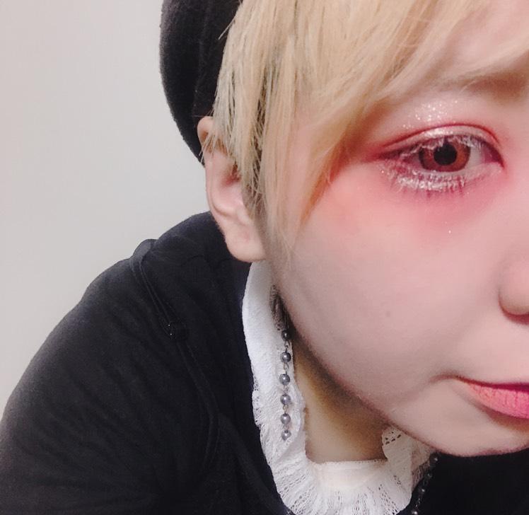 いい感じのところにリキッドのアイカラーをサッとつけます。 涙袋にも。 チークは付けずに目の下の赤でカバーします。