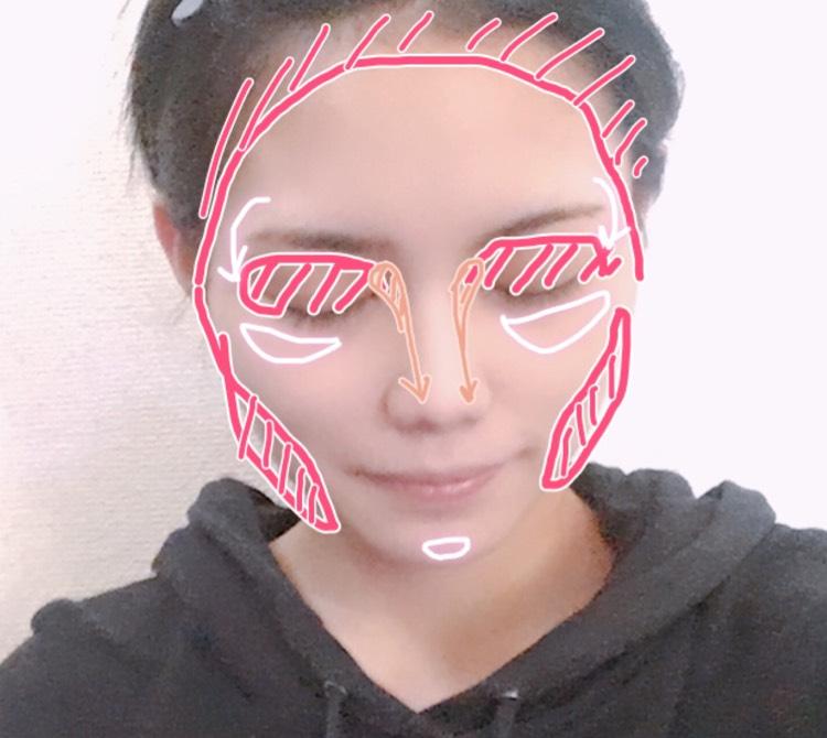 シェーディング、ノーズシャドウ、ハイライトを画像のように入れます。 髪の毛の生え際からエラ、目の周りにシェーディングを塗ります。眉頭から小鼻の脇までアイブロウパウダーでノーズシャドウを入れます。ハイライトは鼻筋と頬骨の上、顎先に入れます。