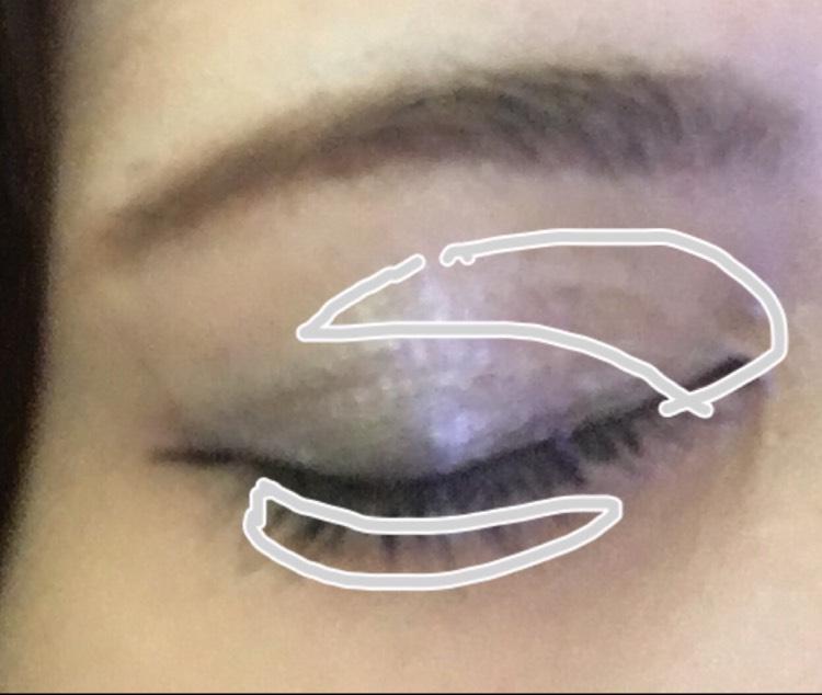 マジョマジョのマジョルック(イルミネーターBR700)とケイトのフォルミングエッジアイズ(sv_1)を使用します。 イルミネーターのブルーのベースを瞼全体に指で広げます。 次にフォルミングエッジアイズの左のホワイトを、画像のように目頭と目尻に塗ります。