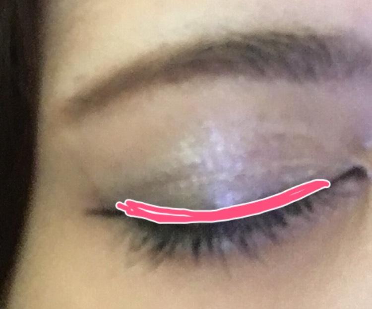 イルミネーターの右の濃い色を目のキワに細く塗ります。