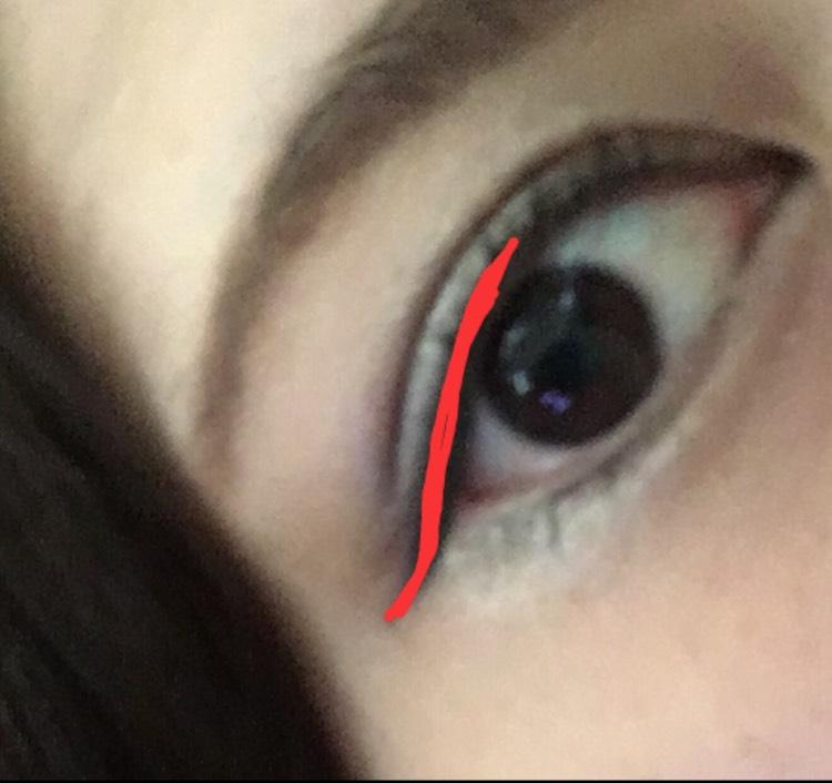 濃いめの黒のアイライナーでラインを引きます。 黒目の上あたりから目尻に流します。