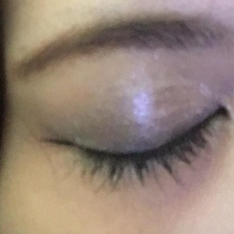 ビューラーでまつ毛を上げたら、黒のマスカラを2度塗りします。 眉毛はアイブロウパウダーでふんわり描いてから眉マスカラを塗ります。
