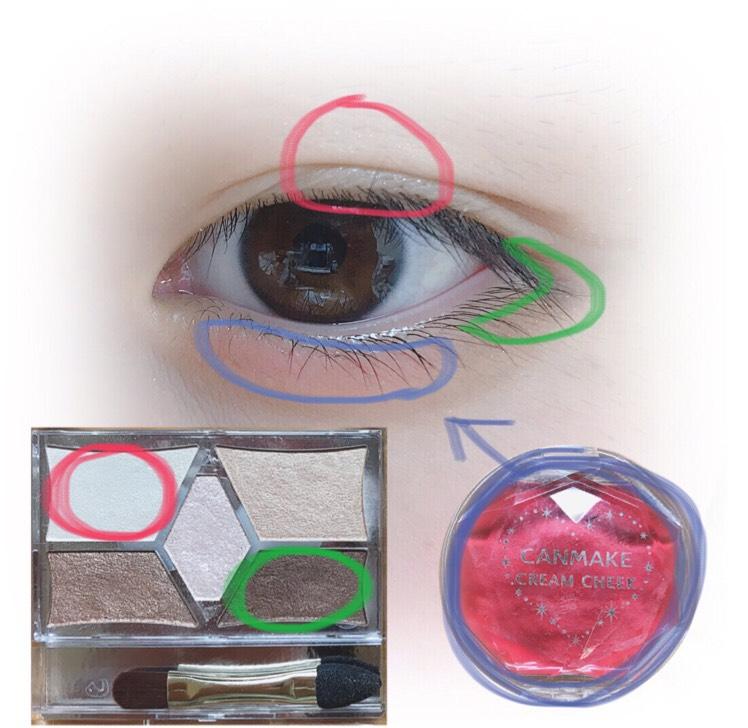 まぶたの真ん中、黒目の上にキャンメイク パーフェクト スタイリストアイズ 02 の左上のカラーを指でのせます。そうしたら左右に馴染ませます。