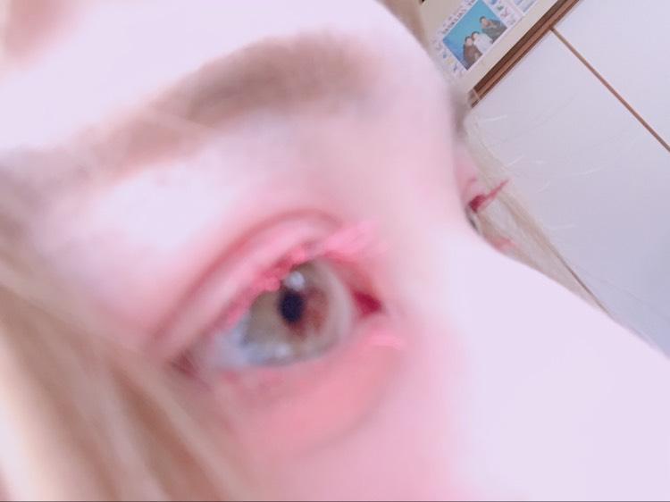 このメイクのポイントはとにかく目なので目を重点的に解説いたします。  まず、赤からオレンジ系のクリームチーク(クリームアイシャドウでも◎)をアイホール全体と下まぶたに塗りたくります。 塗りすぎってぐらいに塗るのがポイントです。 そして、二重幅に薄いピンク系のアイシャドウを重ねてください。 それだけでは目がはれぼったい印象となってしまうので目尻3分の1に濃いブラウンのアイシャドウをいれます。