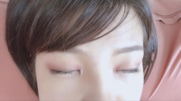 アイホール全体にスキニーリッチシャドウ(SR03)の右上のカラーを塗る。 目頭側と目尻側にパーフェクトスタイリストアイズ(14)のstyle2 の色をのせる。アイホール真ん中は開けて立体感を出す。 エクセルのアイシャドウの左上のカラーをアイホールの中心にのせる。 目の際にエクセルのアイシャドウの左下のカラーをのせる。 アイラインをタレ目がちに引いてエクセルのアイシャドウの右下のカラーでアイラインをぼかす。