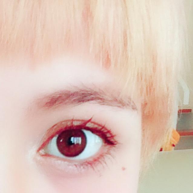 アイブロウパウダーで眉を整えます。 髪より濃い色を使用することでキリッとした雰囲気になります。