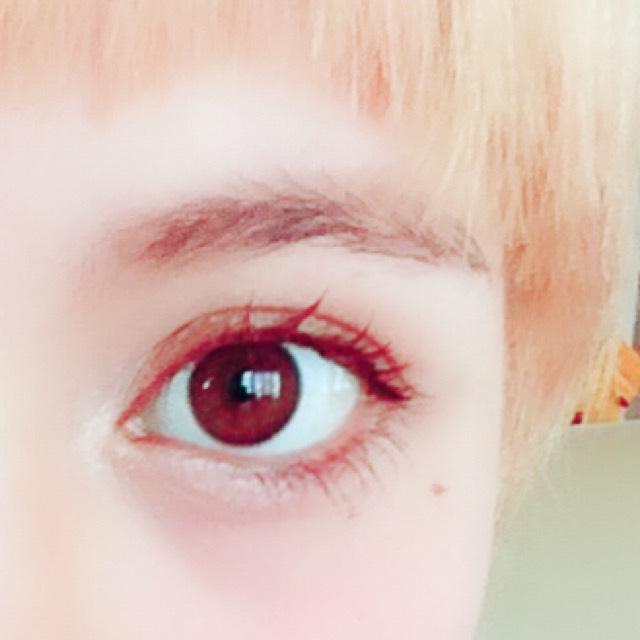 ブラウンをアイホール全体に伸ばして、目尻に濃いブラウン、黒を乗せてなじませます。 目頭から涙袋までホワイトをのせます。