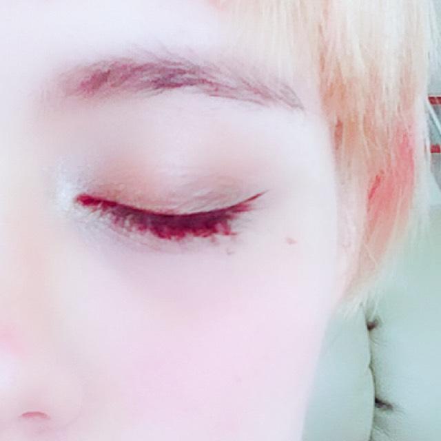 チークは 目の下部分にパウダーで薄く広げて、赤リップを少し手にとって、薄く伸ばしてぼかします。 濃ゆくなりすぎないようにしっかりぼかします。