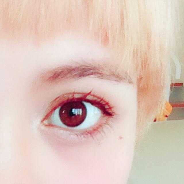 目尻のアイラインはブラックで伸ばします。 ツリ目気味に伸ばすとキリッとした感じになります☺︎ インラインはペンシルでブラウン。下もブラウンペンシルで薄めに引きます。