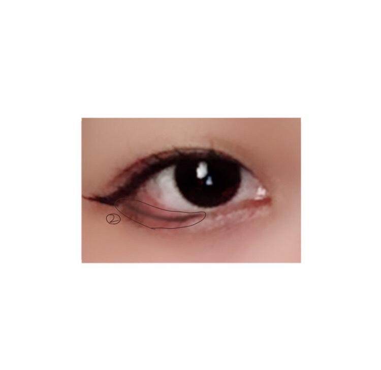 目尻の際から黒目の真ん中辺りまでダブルアイライナーで引いていきます!これがあるのとないので目の大きさが変わります