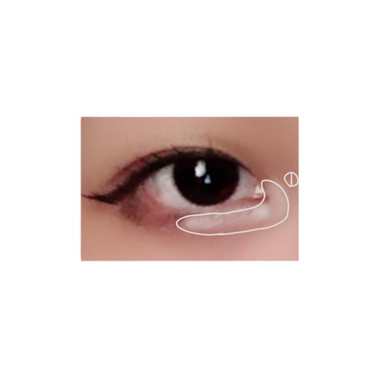 今度は目の下の過程です 目頭から黒目の半分まで明るいアイシャドウを乗せていきます。 こうすることで涙袋が綺麗に見えたり写真映えが良くなる気がしてます(´ᵕᴗᵕ`) ※沢山つけすぎると可笑しくなるので注意⚠