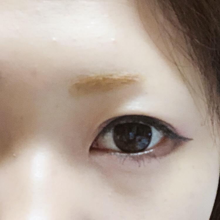 ③の濃い色でラインの上に一線、下まぶたにさっきのラインの線内を塗る。  大分ヤンキー感が出てきましたので眉毛を描きましょう。 地の眉毛の下から形を想像していきます。 この幅で眉毛を描いてもヤンキーなので、太さも出しながら今時になれるように気をつけてください! この時にアイプチもして二重幅の調整を行いましょう!