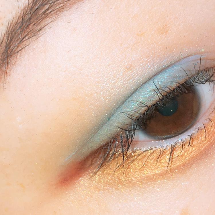 オレンジイエローのアイシャドウを下まぶたにのせます 目尻側にはすこしだけ濃いめのカラーをのせます