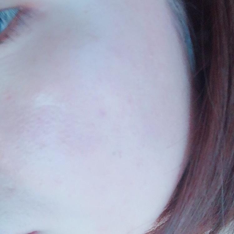 おでこ・両ほっぺ・鼻先・顎にぽんぽんって5点置きして なるべく顔の中心寄りから外側に伸ばしてく感じで 広げていきます。 鼻先は鼻筋に沿って塗ったり、小鼻のとこはくるくるしたり。 顎はぽんぽんぽんって軽くタッチしてく感じで 広げていきます。 始めて使ったので最初は指を使って広げました!!
