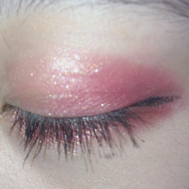 キラキラのアイシャドウをアイホールにのせて、深いピンクを目尻を濃いめに目頭側にぼかしていきます