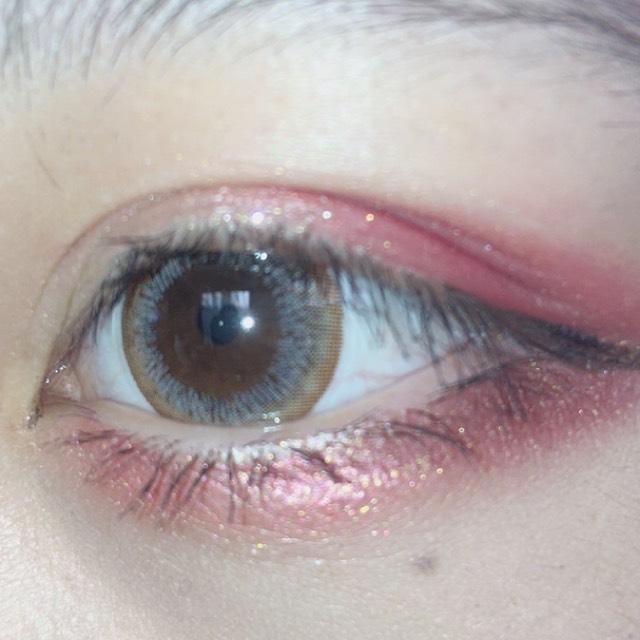 涙袋は目尻に塗ったカラーと同じのを全体に塗ります。その上からキラキラしたアイシャドウをのせます