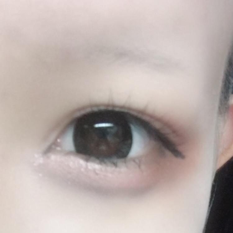 2.涙袋&アイシャドウ。 ダイソーのアイブロウパウダーの暗い方でいつも通り涙袋の影をつけます。そしてちふれのアイシャドウの暗いカラーで目尻側をオーバーめに、目頭側を明るいカラーで丁寧にぬります。