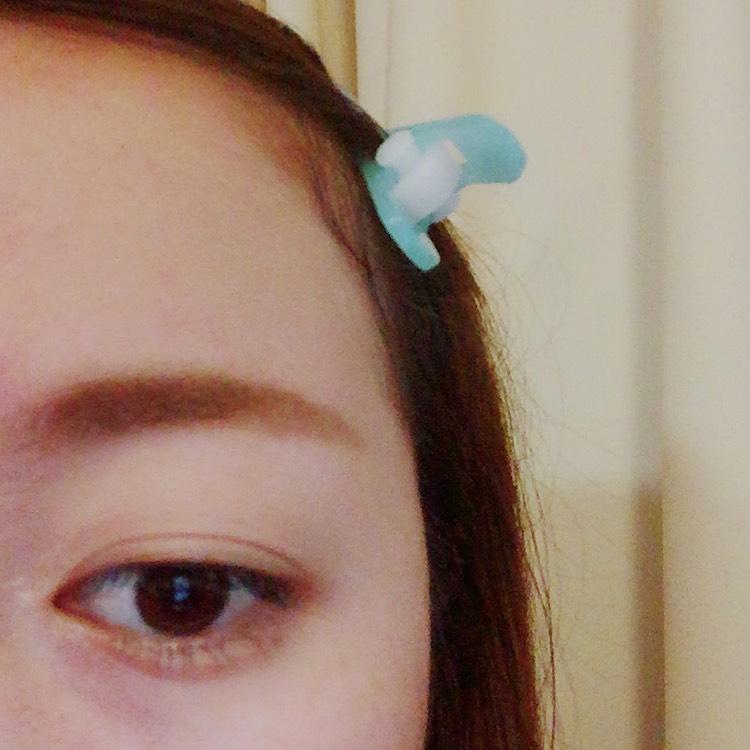⑥ヘビーローテーションの 眉マスカラで毛が生えてる部分を 左右にやさーしく肌に当たらんくらいに 毛を染めていきます。 何回か往復してくださいね!! (ちなみに眉マスカラは 05 ライトブラウンを使ってます)