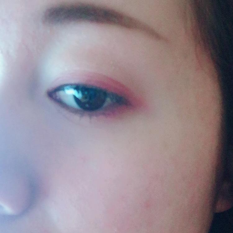 また同じ色を下瞼3分の1に 目尻部分に塗ります。 ここは1回塗りで充分です!!