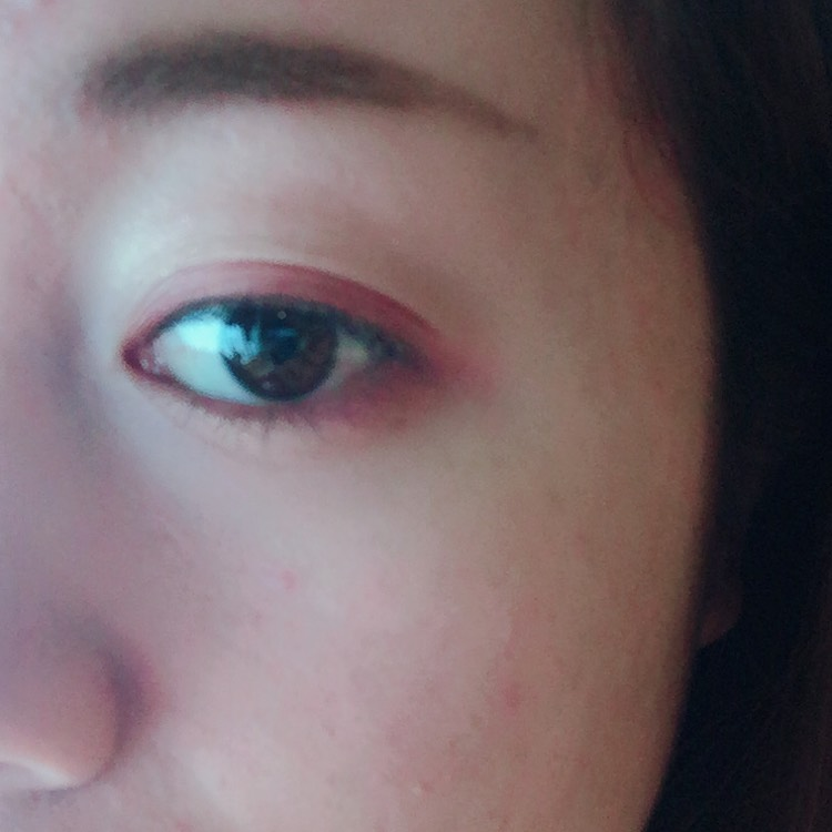 こーこーで キャンメイクの最初に使った キラキラを下瞼の 目頭から3分の2に塗ります。