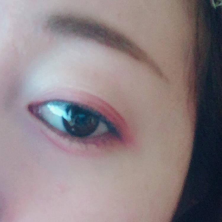 最後にダイソーのさっき使った色を 下瞼目頭から3分の2に 影を書くように線を引きます。 チップにとってキラキラの 下の部分に線を引くように スっスって引きます。