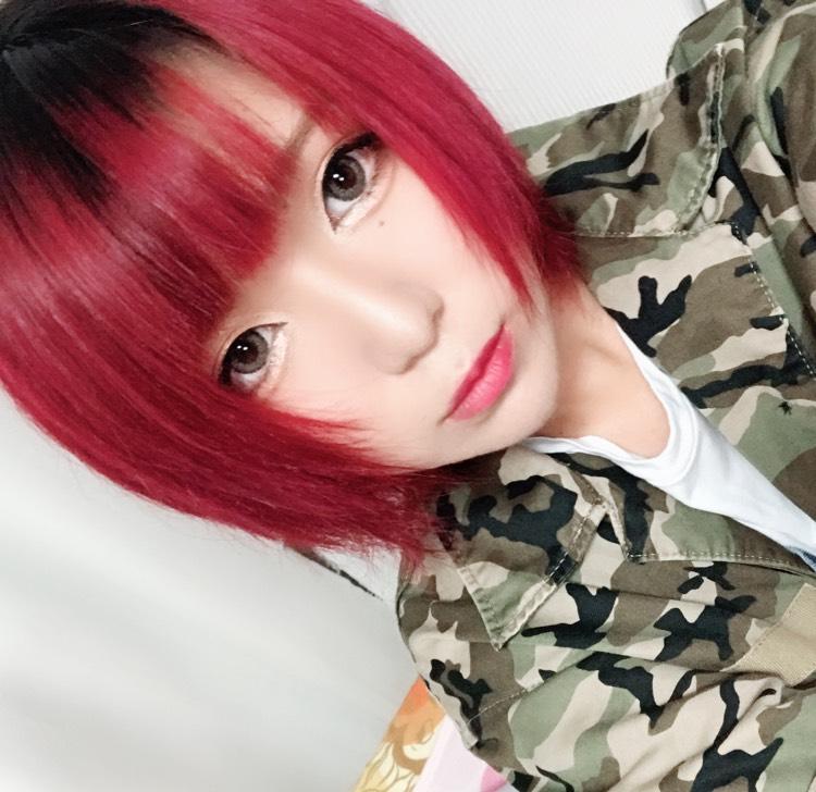 赤い髪、どんなメイク似合うかな。
