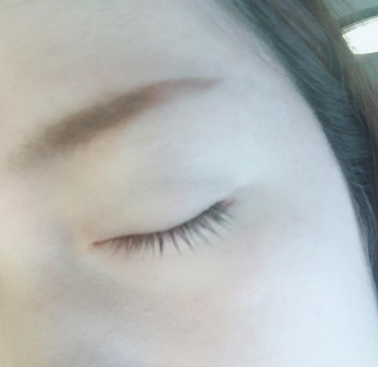 ①まず1番上の薄い緑を 上瞼全体に塗ります。 (相変わらずの見えにくさwwwすみません。)