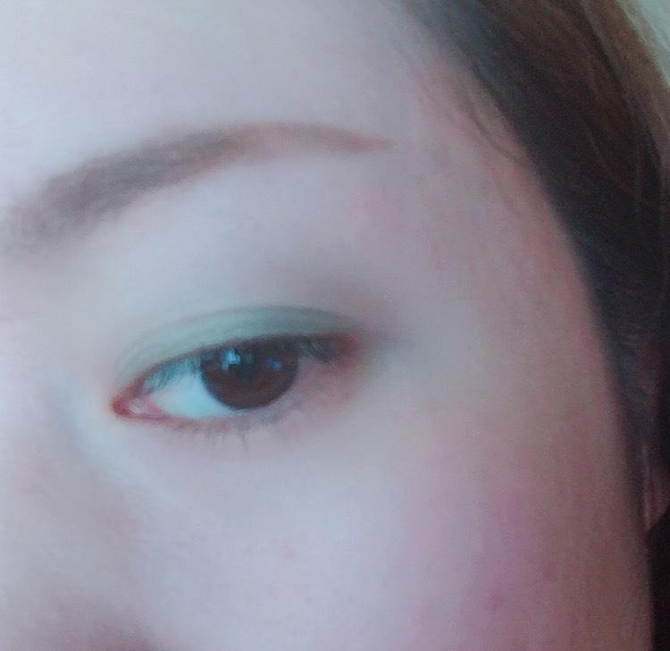 ②真ん中の緑を 二重幅に目尻を中心に 目頭に沿ってぼかす感じで 指でなでるように塗ります。 この写真は2度塗りしてます!! ※あんま塗りすぎると お目目パンチされたみたいになるので ご注意してくださいwww
