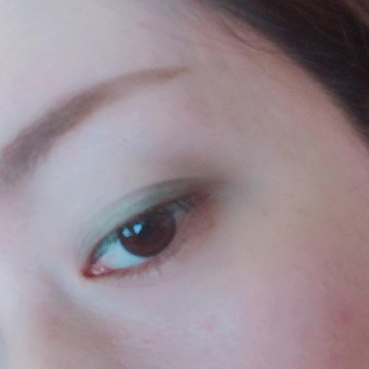 ③1番下の濃ゆい緑を 目尻だけにぽんぽんって 色を置いていきます。 これも2、3回ぽんぽんするぐらいで 丁度いいです!!
