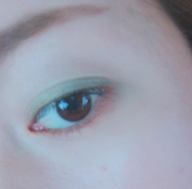 ⑤まず右下の茶色で 下瞼の下まつげをの下を なぞるようにチップで 塗っていきます。 線を書くように書けば いい感じになります!! 目頭から目尻までokです☆