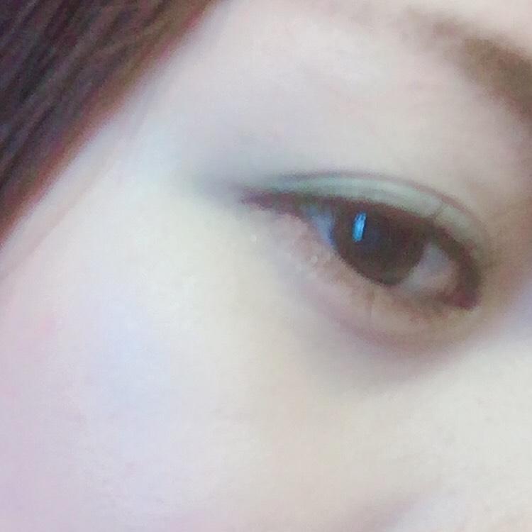 ⑥最後に左上のキラキラベージュで 下瞼の茶色で引いたライン以外を 塗ります。 これで立体感がでて 涙袋の線を書かなくても ぷっくり自然な涙袋ができます!!