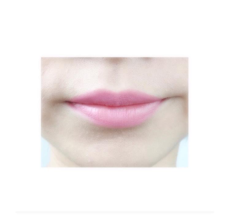 リップライナーで唇の形を書く。