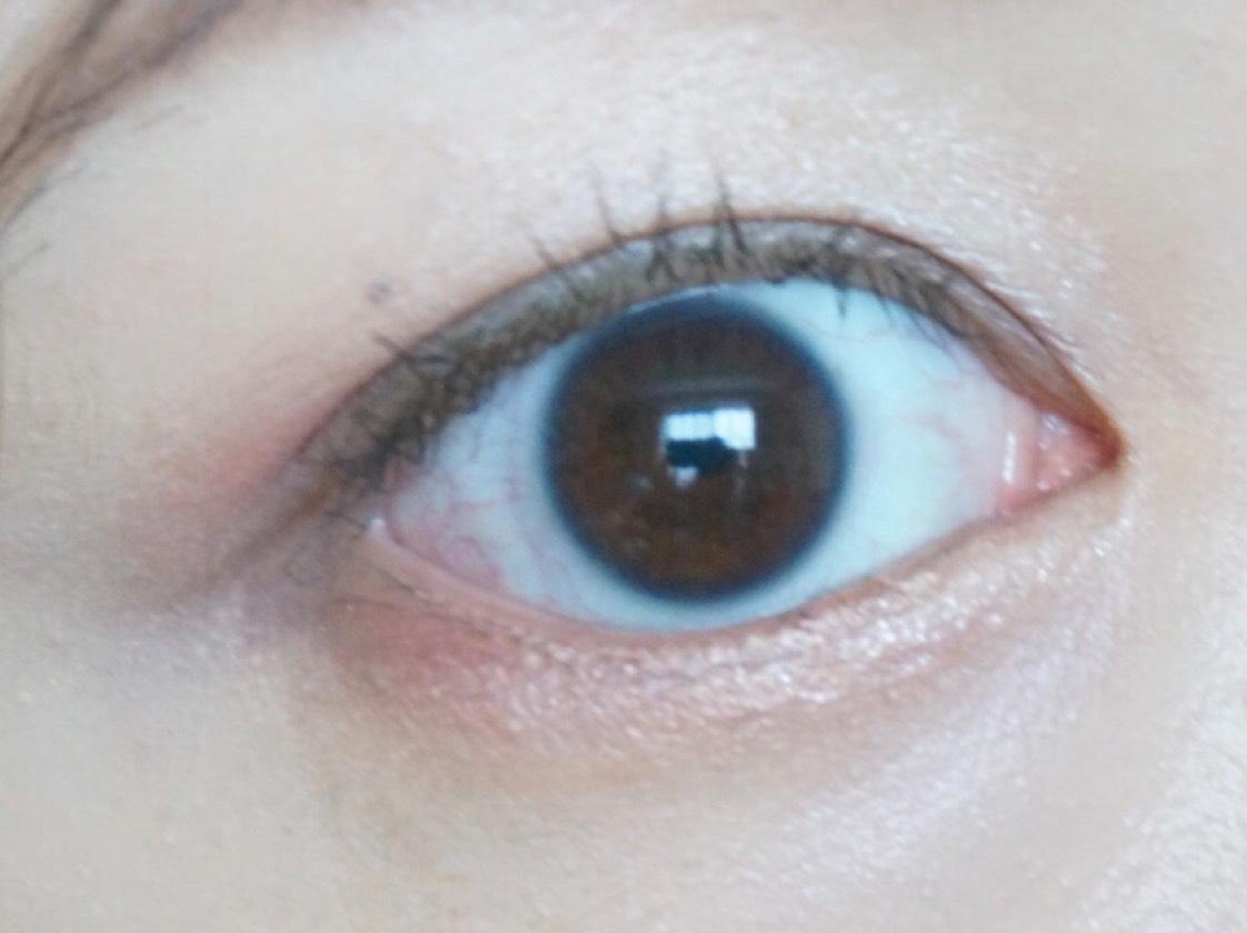 アイシャドウもオレンジ系で。 右下のブラウンを二重幅と下まぶたの目尻側に乗せ、 左下のオレンジをアイホールの目尻側半分と下まぶたの中央にふんわりいれます。 左上のハイライトカラーはアイホール全体にふんわり重ね、右上のゴールドを下まぶたの目頭に入れて完成❤️