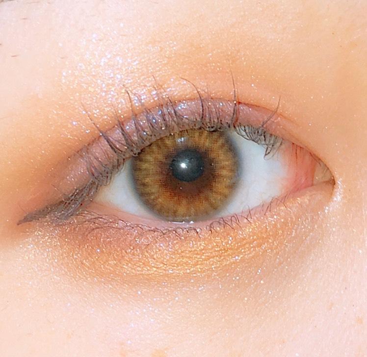 下まぶたにもフラロッソのオレンジを入れたあと、目尻側にセザンヌのカシスオレンジの締め色を重ねます。