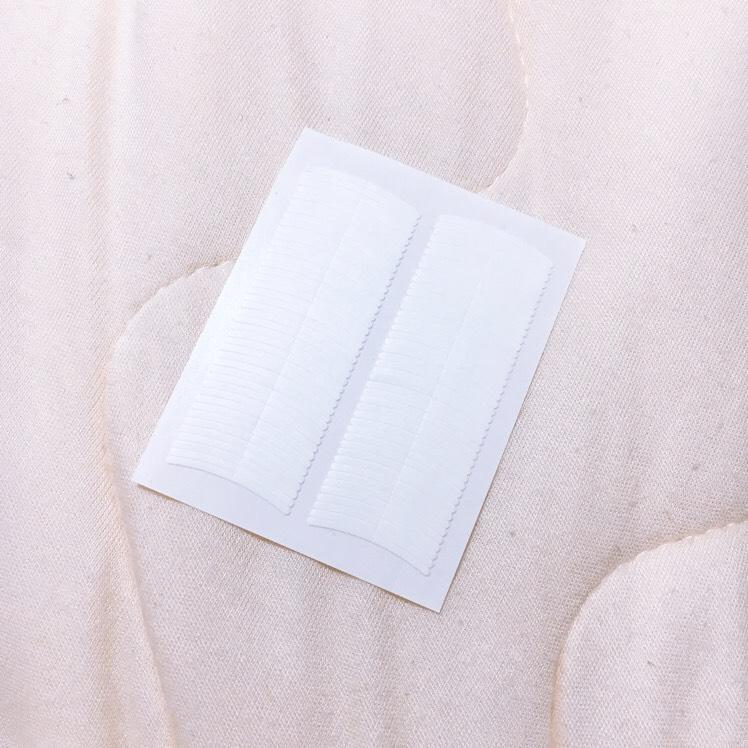 アイテープで二重幅を調節。(アイプチでもOK) 奥二重に近い狭めの二重を作る。
