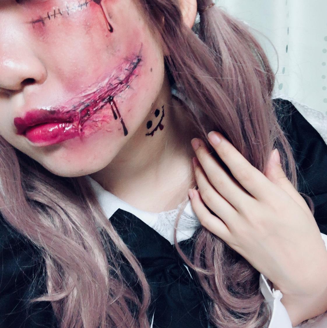 リアルさを出すコツとしては、 赤黒いダークなレッドを使うこと。 傷口の周りは青みのある紫系のシャドウで痛々しくさせ、 その所々を黒のシャドウで汚れ感を出します。 すると一気にリアルな傷ができます! あとは傷メイクのタトゥーシールを使って足りない部分は書き足しています♡