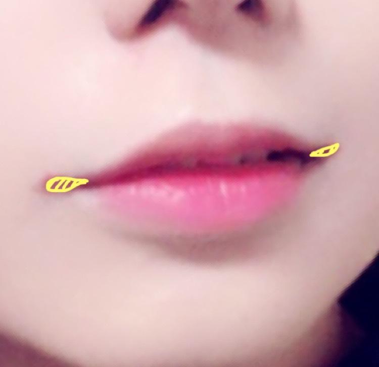 口角を上げるのと、横長な口にしたかったので黄色いところに赤→ブラウンの順に口角を書き足します リップだけで足すと浮くので影っぽく茶色入れるとなじみます ノーズシャドウやアイブロウなどでOK