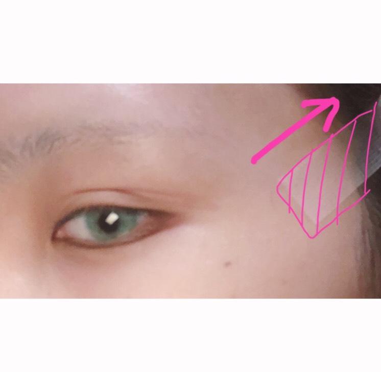(ウィッグかぶる場合) 少しつり目というか切れ長系の目にしたかったのでテーピングしました 丸めにしたい時は目の真上のおでこをひっぱります