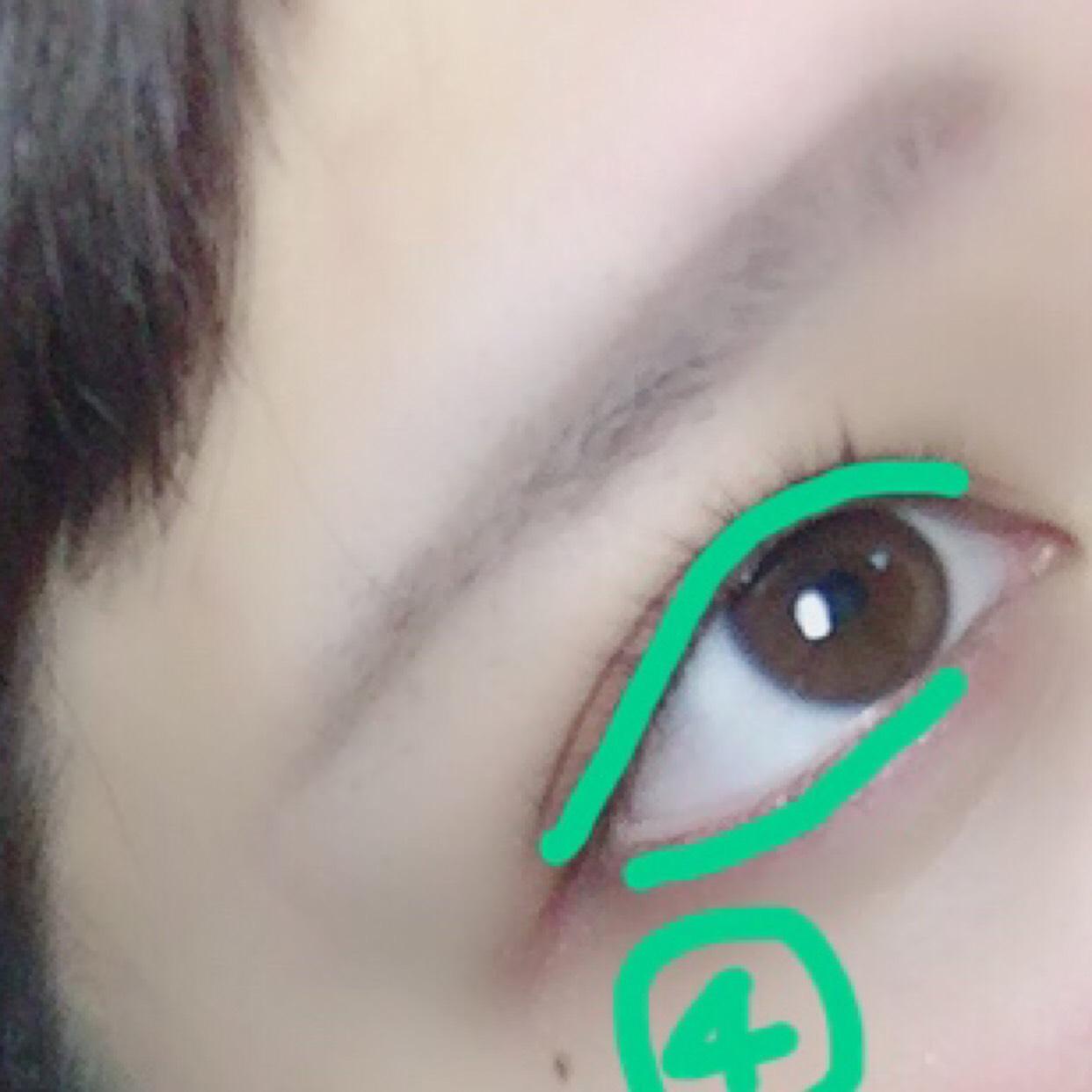 アイラインを引くような感じで④のボルドー色のアイシャドウを目の上と下に塗ってください!どちらも細い方のアイシャドウチップで塗ってから太い方でぼかしてくださいね!