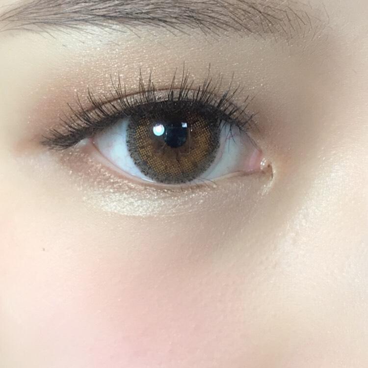 ・アイシャドウ 初めにまぶた全体に明るい色のアイシャドウを塗る。同じ色で涙袋にも塗る。 二重幅より少し広めに薄い茶色を塗って、目尻側全体に濃い茶色を塗る。濃い茶色で下まぶた目尻から黒目の下まで塗る。 境目をぼかすようにキラキラなアイシャドウを塗る。 ・アイライン 茶色で短めに目尻側は太く。 ・まつげ(つけまつげ) 黒くて目頭から目尻までの長さが短いものを使う。 マスカラの方も黒のマスカラで! ブラウンメイクですが、まつげまでブラウンにすると全体的にぼやけて見えてしまうので、ここは黒を使います。