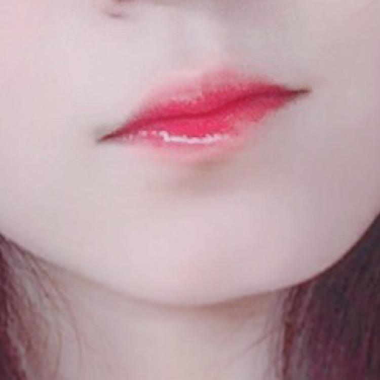リップは、赤いリップスティックを下唇の内側に塗って、唇を合わせてグラデリップにします。 そのあとにブルーグロスを重ねます。