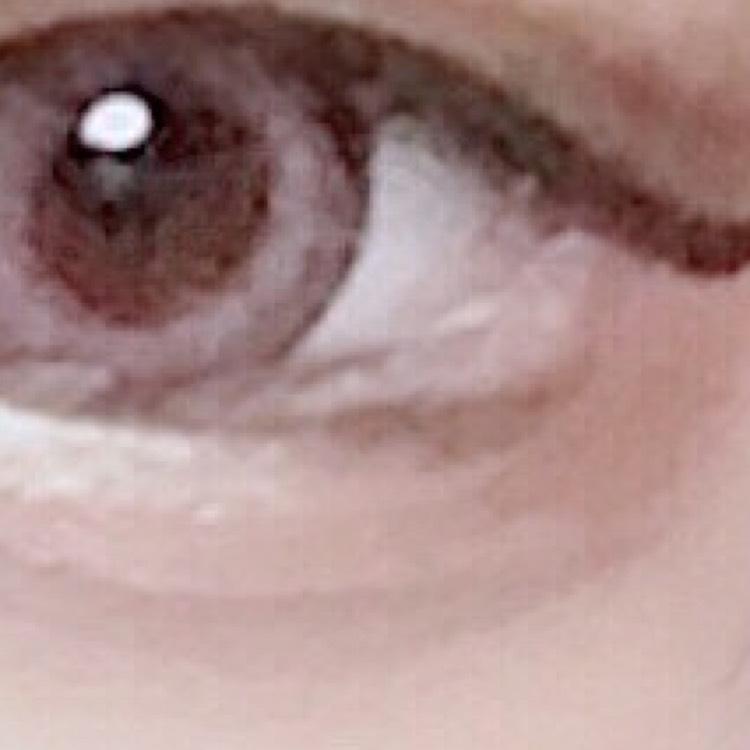 4.ダイソーのブラウンアイライナー(超優秀)で目の下?のライン?を写真のようにかきます。デカ目効果◎