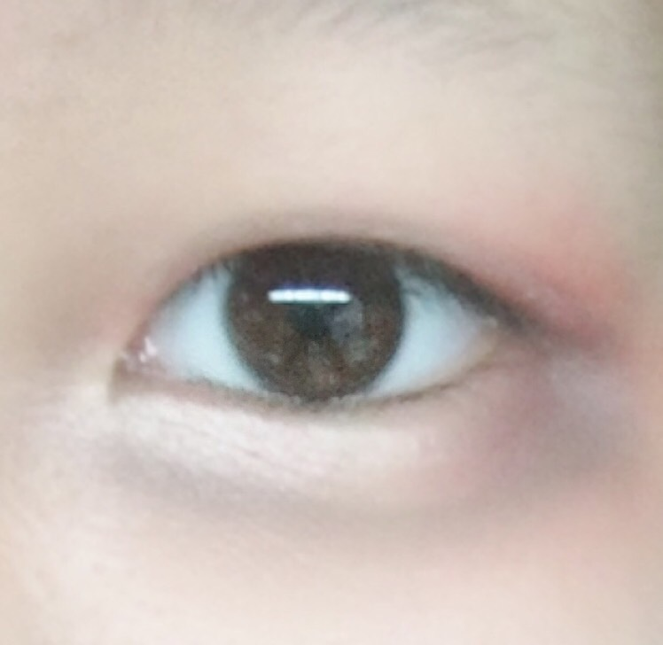 6.パレットの一番右にある暗いブラウンを目尻側に塗ります