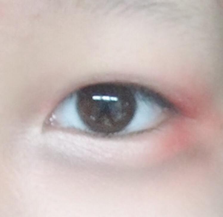 5.[ドゥ・ベスト ルージーン 12色アイシャドウパレット03]目頭側の涙袋にパレットの一番左にあるピンクのハイライトカラーをぬります