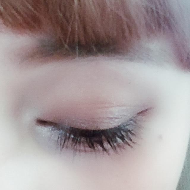 アイホール全体にベースカラーをのせて、二重幅に濃いブラウンを乗せてなじませます。  目頭部分に白を乗せるとデカ目効果があります。