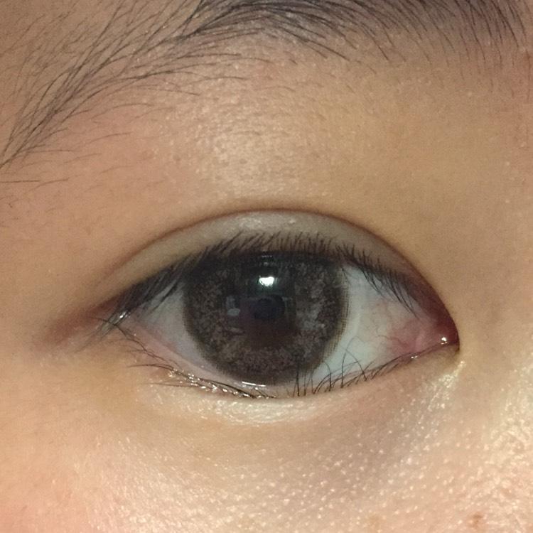 カラコンを入れます。  EYELIST 14.2mm ヌード      です。 茶目の人だと少し色素が薄くなるくらいで、瞳の大きさもそこまで変わりません。