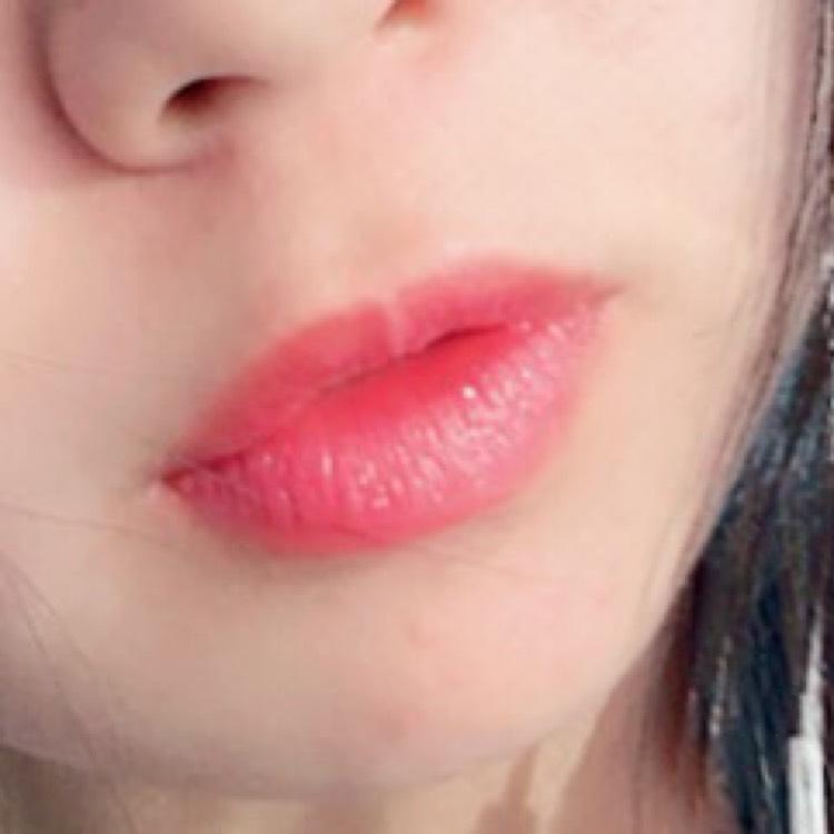 オペラのリップティント ピンクレッドを唇の形にそって塗る。